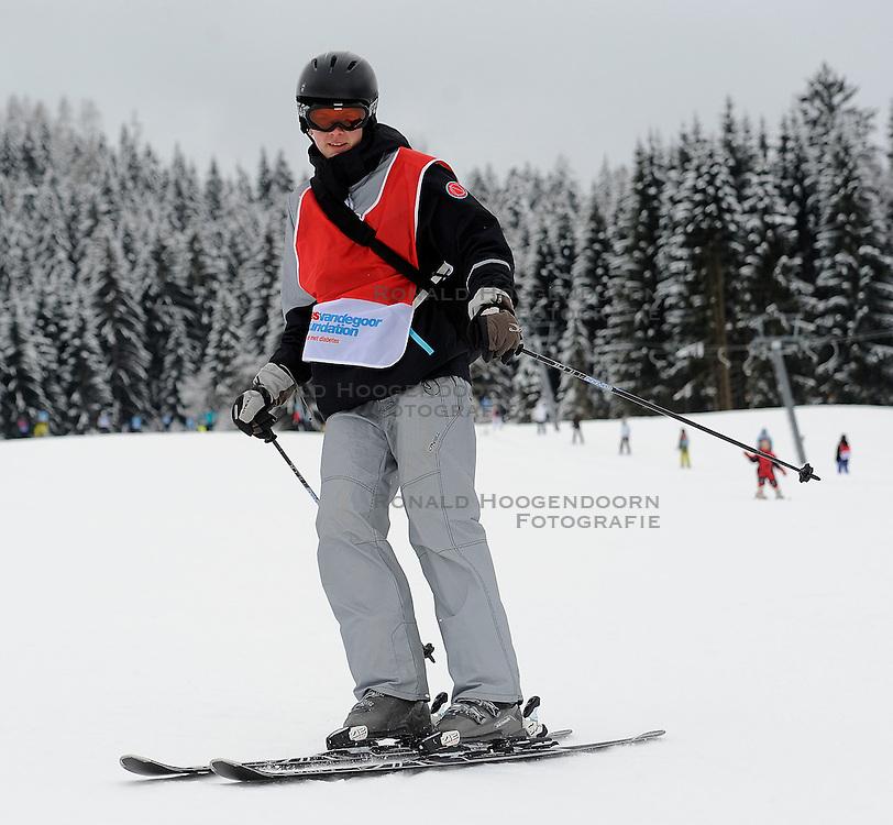 21-01-2011 ALGEMEEN: WINTERSPORTKAMP BVDGF: FLACHAU<br /> Het Wintersportkamp 2011 is een kamp voor 40 kinderen met diabetes type 1 in de leeftijd van 12 t/m 16 jaar / Snowboarding Petra en Jeroen on the ski<br /> &copy;2011-WWW.FOTOHOOGENDOORN.NL