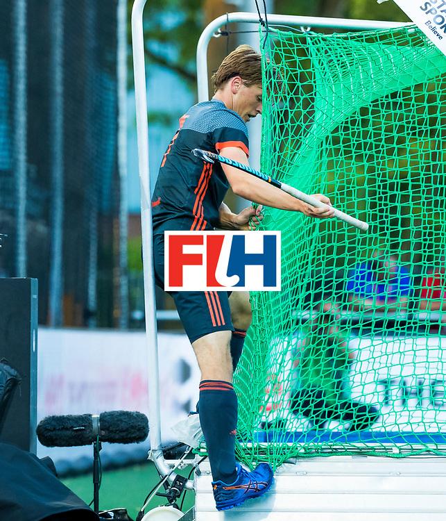 BREDA - Jorrit Croon (Ned) belandt , na een actie, in het net aan de achterkant van het doel  tijdens Nederland- Australie bij  de Hockey Champions Trophy. COPYRIGHT KOEN SUYK