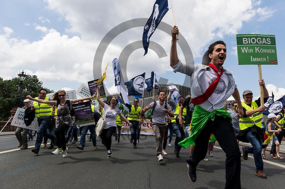 Demonstranten rennen w&auml;hrend der Klima Demonstration am 02.06.2016 in Berlin, Deutschland. Mehrere Tausend Menschen gingen unter dem Motto: &quot;Energiewende retten! Arbeit sichern! Klimaschutz durchsetzen, EEG verteidigen!&quot; auf die Stra&szlig;e um f&uuml;r den Klimawandel und gegen eine &Auml;nderung des Erneuerbare Energien Gesetz zu demonstrieren. Foto: Markus Heine / heineimaging<br /> <br /> ------------------------------<br /> <br /> Ver&ouml;ffentlichung nur mit Fotografennennung, sowie gegen Honorar und Belegexemplar.<br /> <br /> Bankverbindung:<br /> IBAN: DE65660908000004437497<br /> BIC CODE: GENODE61BBB<br /> Badische Beamten Bank Karlsruhe<br /> <br /> USt-IdNr: DE291853306<br /> <br /> Please note:<br /> All rights reserved! Don't publish without copyright!<br /> <br /> Stand: 06.2016<br /> <br /> ------------------------------