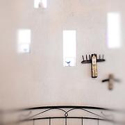 La perle secrète de Hvar est l'archipel de Pakleni où règne en maître depuis plusieurs siècle la famille Meneghello. Famille fortunée puis pillée pendant l'époque communiste. Les Meneghello avait ouvert leurs portes aux voyageurs fortunés du début du siècle dans des îles arides qu'ils avait replantés pour en faire un jardin de luxure. Des plantes du monde et surtout du Mexique ce sont acclimatés à ces rocher arides. Dagmar aujourd'hui règne en maître sur le domaine avec ses deux enfants et partage sa collection d'art croate une des plus importante de Croatie avec ses hôtes dans des petites maisons intégrées à son jardin d'Eden.