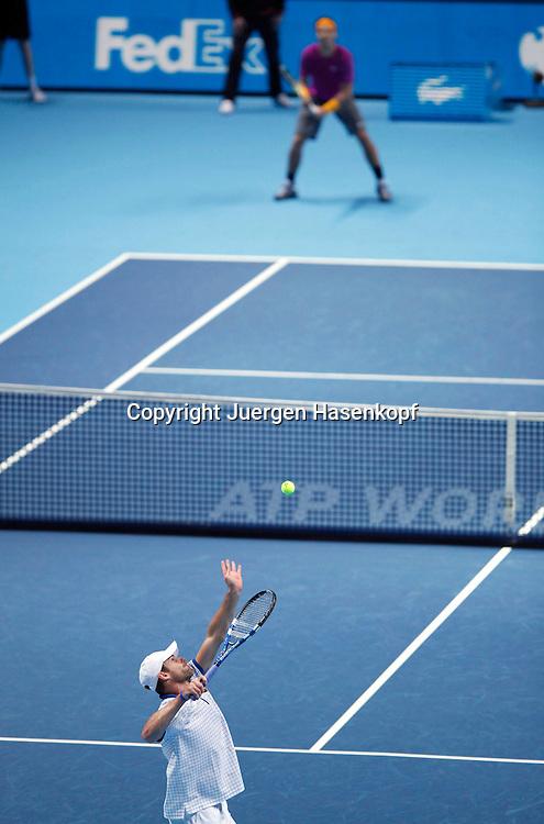 ATP World Tour Finals  2010 in der O2 Arena in London, HerrenTennis Turnier, WM, Weltmeisterschaft, Andy Roddick (USA) schlaegt auf, im Hintergrund steht Rafael Nadal (ESP),Aufschlag,Service,