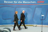 """30 SEP 2003, BERLIN/GERMANY:<br /> Angela Merkel, CDU Bundesvorsitzende, und Roman Herzog, Bundespraesident a.D. und Vorsitzender der Kommission, vor der Uebergabe des  Abschlussberichtes des CDU-Kommission """"Soziale Sicherheit"""", CDU Bundesgeschaeftstelle<br /> IMAGE: 20030930-02-001<br /> KEYWORDS: Renten-Kommission, Bundespräsident, Übergabe"""