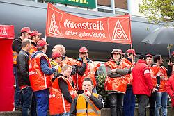 """03.05.2016, Clemensgalerien, Muehlenplatz, Solingen, GER, Warnstreik IG Metall, im Bild Streikende Mitglieder der IG Metall am Versammlungsort // during a Emptive strike of the trade union """"IG Metall"""" at the Clemensgalerien, Muehlenplatz in Solingen, Germany on 2016/05/03. EXPA Pictures © 2016, PhotoCredit: EXPA/ Eibner-Pressefoto/ Deutzmann<br /> <br /> *****ATTENTION - OUT of GER*****"""