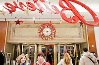 3 Dicembre 2008. New York, NY. Dei clienti entrano nel negozio Macy's di Herald Square. Ogni anno le strade e i negozi di New York City sfoggiano decorazioni natalizie che attraggono turisti da tutto il mondo.<br /> &copy;2008 Gianni Cipriano per Io Donna / Corriere della Sera<br /> cell. +1 646 465 2168 (USA)<br /> cell. +1 328 567 7923 (Italy)<br /> gianni@giannicipriano.com<br /> www.giannicipriano.com