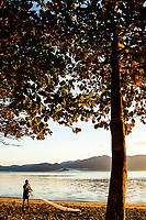 Homem pescando com rede de pesca na Praia do Ribeirão da Ilha. Florianópolis, Santa Catarina, Brasil. / Man fishing with a fishing net at  Ribeirao da Ilha Beach. Florianopolis, Santa Catarina, Brazil.