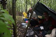 Obdachlose klagen an: Sicherheitsleute der Deutschen Bahn hätten mutwillig ihre Zelte zerstört und sie mit Reizgas angegriffen. Doch die Bahn-Mitarbeiter weisen die Vorwürfe zurück.