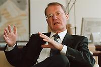 13 JAN 2000, BERLIN/GERMANY:<br /> Hans-Olaf Henkel, Präsident des Bundesverbandes der Deutschen Industrie, BDI, während einem Interview in seinem Büro<br /> Hans-Olaf Henkel, President of the Federalassociation of the German Industrie, during an interview, in his office<br /> IMAGE: 20000113-01/01-07