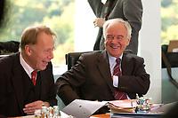 15 OCT 2003, BERLIN/GERMANY:<br /> Juergen Trittin (R), B90/Gruene, Bundesumweltminister, und Manfred Stolpe (L), SPD, Bundesverkehrsminister, sind amuesiert, vor Beginn der Kabinettsitzung, Kabinettsaal, Bundeskanzleramt<br /> IMAGE: 20031015-01-016<br /> KEYWORDS: Kabinett, Sitzung, Jürgen Trittin, lachen
