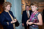 PRINCESS SUSAN PIGNATELLI; WILLIAM RAYNER; KATHARINE RAYNER;, An exhibition of watercolours by William Rayner at Mallet's, New Bond St. Party afterwards at Bellami's, bruton Place. London. 16 June 2010. .-DO NOT ARCHIVE-© Copyright Photograph by Dafydd Jones. 248 Clapham Rd. London SW9 0PZ. Tel 0207 820 0771. www.dafjones.com.