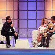 NLD/Hilversum/20110318 - Sterren Dansen op het IJs show 8, Jenny Smit en Ryan Schollert op de bank bij Gerard Joling