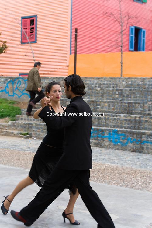 Argentina. Buenos Aires. Tango street dancers in La Bocca - el Caminito  area , the Historical tango area ,      / Tango danseurs de rues dans le quartier de la Bocca , El caminito  Buenos Aires - Argentine  R006