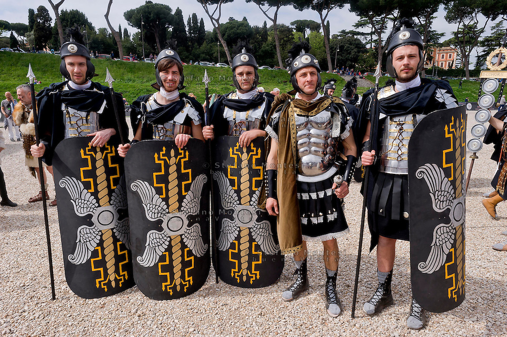 Roma 19 Aprile 2015<br /> Corteo storico con costumi da legionari centurioni, gladiatori, vestali e senatori dell'Antica Roma al Circo Massimo per festeggiare la citta' di Roma che compie 2768 anni. I pretoriani di Ponzio Pilato, prefetto della Giudea (dal 26 al 35 d.C.).<br /> Roma, Italy. 19st April 2015 -- People dressed up as soldiers of the ancient Rome during a parade at the Circus Maximus marking the 2,768th birthday anniversary of Rome. The Praetorians of Pontius Pilate, Prefect of Judea (26-35 AD).