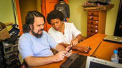 PORTO ALEGRE, RS, BRASIL, 21-01-2017, 12h18'57&quot;:  Desiree dos Santos, 32, discute um projeto com o Artista 3D Joel Grigolo, 46, no espa&ccedil;o Matehackers Hackerspace, da Associa&ccedil;&atilde;o Cultural Vila Flores, no bairro Floresta da capital ga&uacute;cha. A  Consultora de Desenvolvimento de Software na empresa ThoughtWorks fala sobre as dificuldades enfrentadas por mulheres negras no mercado de trabalho.<br /> (Foto: Gustavo Roth / Ag&ecirc;ncia Preview) &copy; 21JAN17 Ag&ecirc;ncia Preview - Banco de Imagens
