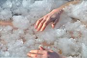 Nederland, Nijmegen, 14-2-2015Deelnemers aan een workshop over de iceman, ice man, liggen in een met ijs gevuld bad.FOTO: FLIP FRANSSEN/ HOLLANDSE HOOGTE