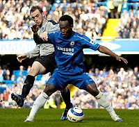 Photo: Ed Godden.<br />Chelsea v Everton. The Barclays Premiership. 17/04/2006.<br />James McFadden (L) tussles with Chelsea's Michael Essien.