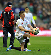 Twickenham, GREAT BRITAIN,   Englands'  Owen FARRELL lines the ball before placing it in the kicking cup. QBE. Autumn International;  England vs New Zealand, Rugby match.  Autumn, International Test Series.  RFU. Twickenham Stadium, Surrey.  Saturday  01/12/2012..[Mandatory Credit; Peter Spurrier/Intersport-images]