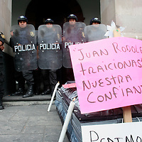 Toluca, Mex.- .Comerciantes desalojados del mercado Juarez, continuan con su tercer dia de protesta frente al Palacio Municipal, exigiendo la reubicacion de sus lugares de trabajo. Agencia MVT / Carlos Tischler (DIGITAL)<br /> <br /> <br /> <br /> NO ARCHIVAR - NO ARCHIVE