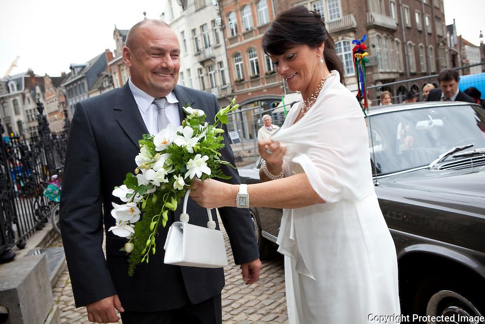 362655-Roland Liboton en zijn vriendin Anne-Marie Van Oystaeyen trouwen op stadhuis Lier-Grote Markt Lier