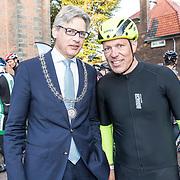 NLD/Amersfoort/20180929 - Bn-er fietsen de Zuiderzee Klassieker 2018, Gert Jacobs en Burgemeester van Amersfoort Lucas Bolsius