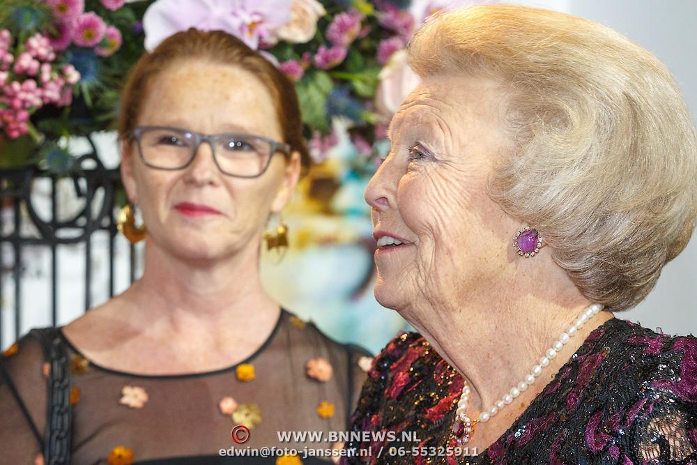 NLD/Amsterdam20151106 - Nationaal Opera Gala 2015, aankomst prinses Beatrix, Els van der Plas (L)