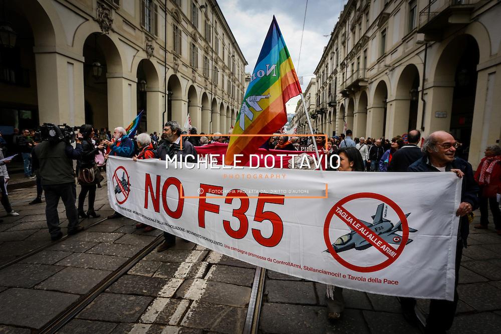 Pacifisti al corteo del primo maggio a Torino