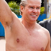NLD/Hellendoorn/20150626 - Dries Roelvink in gele zwembroek van de glijbaan