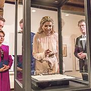 LUX/Luxemburg/20180523 - Staatsbezoek Luxemburg dag 2,  Koningin Maxima en Koning Willem Alexander bekijken de tentoonstelling met groothertog Henri en groothertogin Maria Teresa