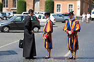 ITA,Italien,Rom,29.07.2008  Die Schweizer Garde vor dem Petersdom in Rom...[ CREDIT: Henning Schacht / www.berlinpressphoto.de  (c) Henning Schacht - Leuthener Str.  1 - 10829 Berlin - phone +49-30-78705770 - info@berlinpressphoto.de  - Veroeffentlichung nur gegen Honorar gemaess MFM plus 7% Mwst, Urhebervermerk und Beleg - No Model Release ] .