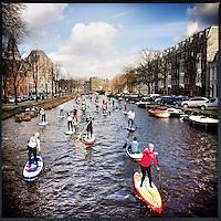 Nederland, Amsterdam , 2 maart 2014.<br /> HISWA SUP Tocht in de grachten van Amsterdam.<br /> de HISWA Amsterdam Boat Show houdt in samenwerking met de organisatie van Friday Night SUP de HISWA SUP Tocht. Er wordt een recordaantal peddelaars verwacht. De organisatie heeft meer dan honderdzestig aanmeldingen ontvangen.Om 11:00 uur wordt het startsein gegeven in de haven van Amsterdam RAI. De route voert door de Amsterdamse grachten naar de Jordaan en weer terug. Ook Surflegende Stephan van den Berg , die tegenwoordig regelmatig op een supboard over het water gaat,doet mee.<br /> Stand Up Paddling op de HISWA<br /> De HISWA SUP Tocht wordt gehouden in aanloop naar de HISWA Amsterdam Boat Show 2014, die  in Amsterdam RAI zal plaats vinden.<br /> Foto:Jean-Pierre Jans