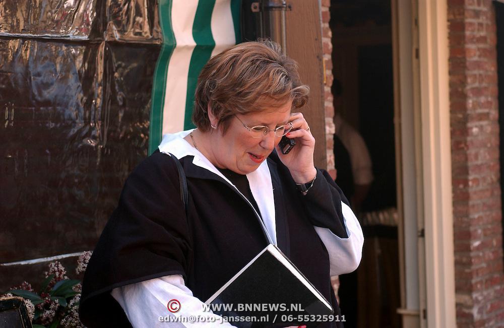 Mattheus Passion 2002 Naarden, Annemarie Jorritsma aan de mobiele telefoon