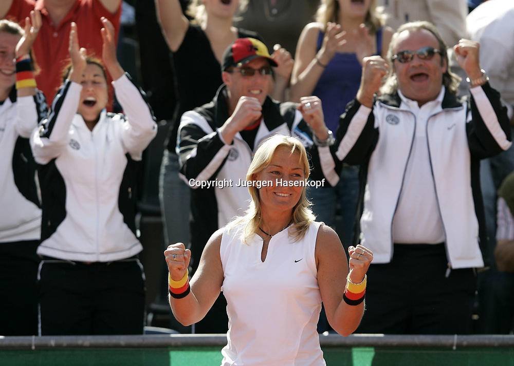 Fed Cup Germany - Croatia , ITF Damen Tennis Turnier in Fuerth, Wettbewerb der Mannschaft von Deutschland gegen Kroatien, Kapitaen Barbara Rittner (GER) und das deutsche Team im Hintergrund jubelt, Emotion,<br />Foto: Juergen Hasenkopf<br />B a n k v e r b.  S S P K  M u e n ch e n, <br />BLZ. 70150000, Kto. 10-210359,<br />+++ Veroeffentlichung nur gegen Honorar nach MFM,<br />Namensnennung und Belegexemplar. Inhaltsveraendernde Manipulation des Fotos nur nach ausdruecklicher Genehmigung durch den Fotografen.<br />Persoenlichkeitsrechte oder Model Release Vertraege der abgebildeten Personen sind nicht vorhanden.
