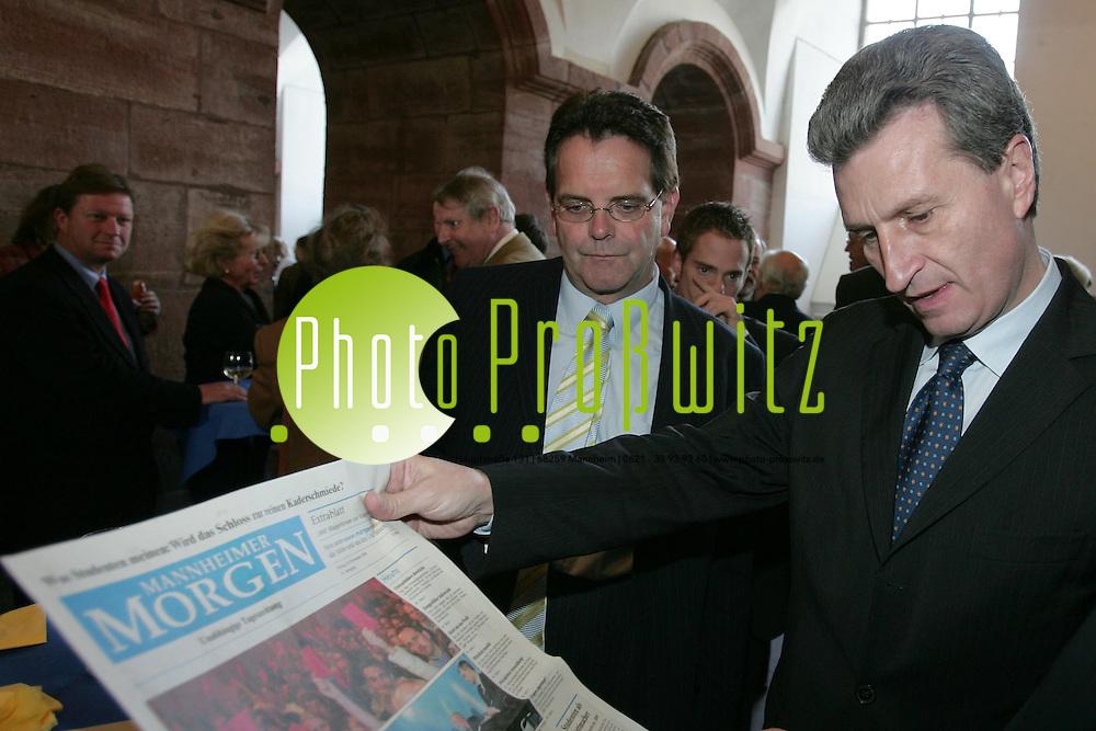 Mannheim. Universit&auml;t. Am Rande des Universit&auml;tstages verteilt der &quot;Mannheimer Morgen&quot; ein Extrablatt anl&auml;sslich einer Podiumsdiskussion zu den Reformpl&auml;nen der Universit&auml;t.<br /> Ministerpr&auml;sident Oettinger bl&auml;ttert in dem Machwerk, das von Hochschulredakteuren vorbereitet wurde.<br /> <br /> Bild: Markus Pro&szlig;witz<br /> ++++ Archivbilder und weitere Motive finden Sie auch in unserem OnlineArchiv. www.masterpress.org ++++