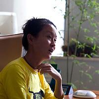 BEIJING, OCT.22 : Wang Qiuyang , Co Praesidentin der Antaeus Group, im Gespraech mit Spiegel Korrespondent Dr. Wieland Wagner (L) und Assistentin.