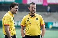 AMSTELVEEN - scheidsrechters Thomas Duijnstee en Harry Kleuver  tijdens  Amsterdam-Huizen (4-1), competitie Hoofdklasse hockey dames   (2017-2018) .COPYRIGHT KOEN SUYK