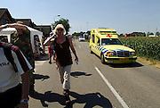 Nederland, Oosterhout, 18-7-2006..Een ambulance baant zich een weg door de lopers van de 4 daagse. Later werd in Nijmegen bekend dat er wandelaars overleden zijn, en werd het evenement voor het eerst in haar geschiedenis afgelast...Foto: Flip Franssen/Hollandse Hoogte