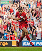 Fotball<br /> Foto: SBI/Digitalsport<br /> NORWAY ONLY<br /> <br /> Liverpool v Manchester City<br /> Barclays Premiership, 21/08/2004.<br /> <br /> Liverpool's Steven Gerrard strikes to clinch the points.