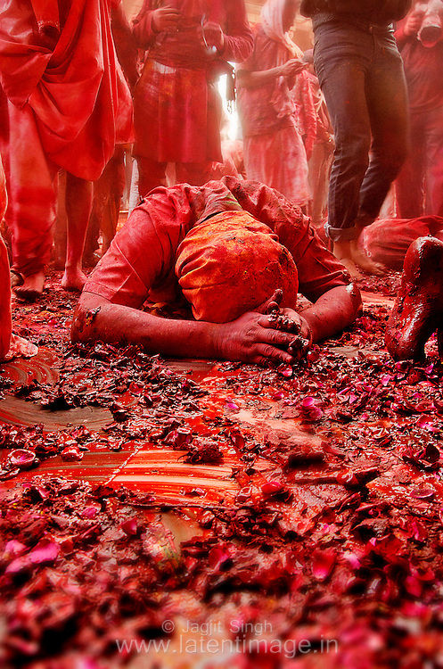 Prayer to Goddess Radha Rani after Samaj, during Holi at Radha Rani temple, Barsana, Mathura. Braj ki Holi