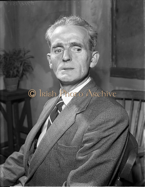 "27/04/1957<br /> 04/27/1957<br /> 27 April 1957<br /> Gael Linn- ""Muiris O hAirt"" drama at Damer Hall. Portrait of actor Seamus O'Dubhgáin"