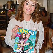 NLD/Volendam/20160831 -  Jan Smit en Kim-Lian van der Meij onthullen cover 100 % NL Magazine, Kim-Lian van der Meij met het magazine
