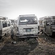Carcasses de voitures de l'ONU dans le camp de protection des civils de la Mission des Nations Unies au Soudan du Sud, la Minuss, de Malakal. En février 2016, le camp a subi l'assaut de l'armée sud-soudanaise. L'attaque avait coûté la vie à une trentaine de déplacés, révélant l'incapacité des casques bleus à les protéger. Ces carcasses de voitures sont les vestiges de cette attaque.