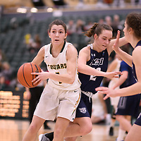 3rd year guard Avery Pearce (4) of the Regina Cougars during the Women's Basketball home game on January 5 at Centre for Kinesiology, Health and Sport. Credit: Arthur Ward/Arthur Images