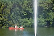 Palmengarten, Ruderboot am See, Fontäne, Frankfurt am Main, Hessen, Deutschland | Palmengarten, botanical garden in Frankfurt, lake and rowing boat, Germany