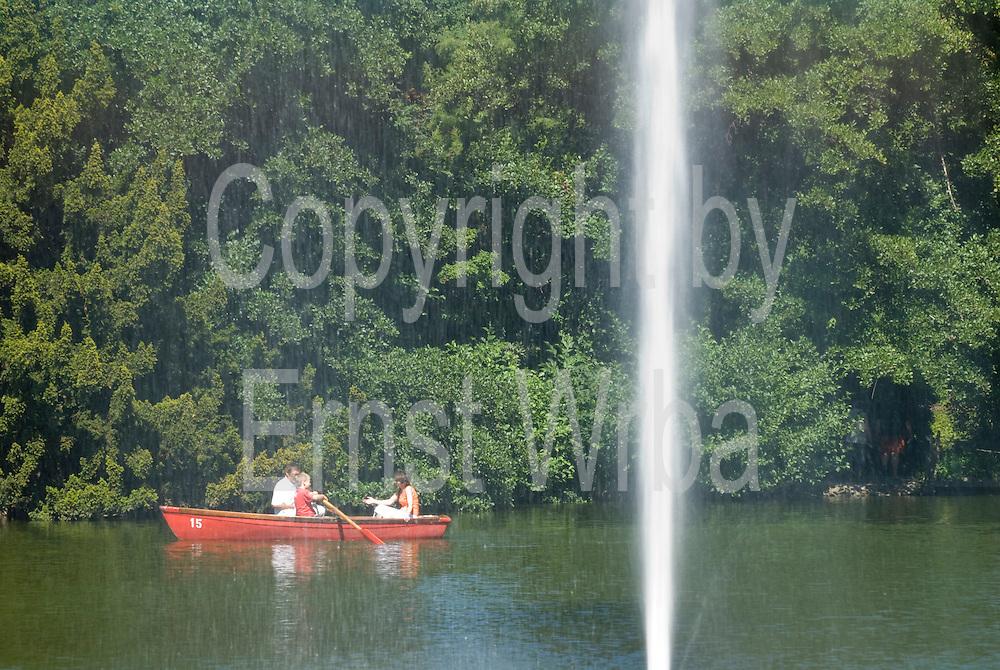 Palmengarten, Ruderboot am See, Fontäne, Frankfurt am Main, Hessen, Deutschland   Palmengarten, botanical garden in Frankfurt, lake and rowing boat, Germany