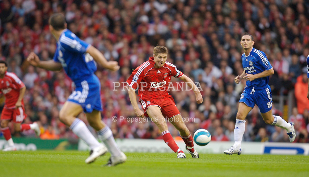 Liverpool, England - Sunday, August 19, 2007: Liverpool's Steven Gerrard MBE sets up the opening goal against Chelsea during the Premiership match at Anfield. (Photo by David Rawcliffe/Propaganda)