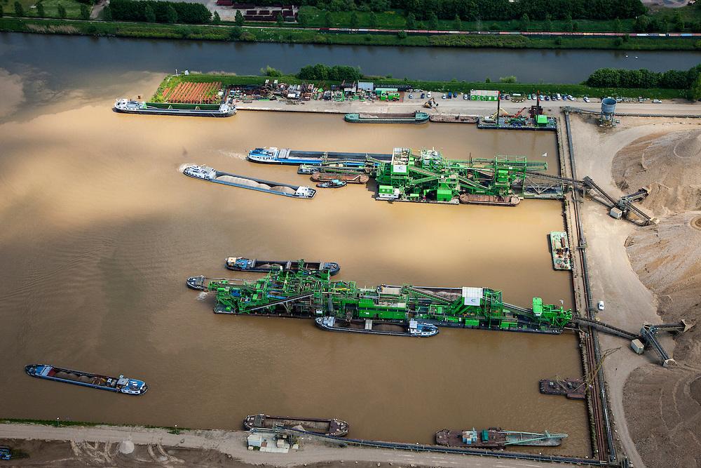 Nederland, Limburg, Gemeente Maastricht, 27-05-2013; Itteren, Grensmaas, onderdeel van de Maaswerken. Het stroombed van de Maas wordt verbreed om wateroverlast en de effecten van hoog water te beperken, Consortium Grensmaas wint grint en zand, natuurontwikkeling.<br /> Meuse, part of the Maaswerken. The stream bed of the river Maas will be widened to reduce the effects of flooding and high water. Grensmaas Consortium wins gravel and sand, nature.<br /> luchtfoto (toeslag op standaardtarieven);<br /> aerial photo (additional fee required);<br /> copyright foto/photo Siebe Swart.