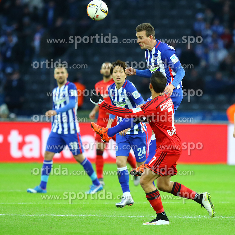 05.12.2015, Olympiastadion, Berlin, GER, 1. FBL, Hertha BSC vs Bayer 04 Leverkusen, 15. Runde, im Bild Genki Haraguchi (#24, Hertha BSC Berlin) und Chicharito (#7, Bayer 04 Leverkusen) schauen Vladimir Darida (#6, Hertha BSC Berlin) beim Kopfball zu // during the German Bundesliga 15th round match between Hertha BSC and Bayer 04 Leverkusen at the Olympiastadion in Berlin, Germany on 2015/12/05. EXPA Pictures &copy; 2015, PhotoCredit: EXPA/ Eibner-Pressefoto/ Hundt<br /> <br /> *****ATTENTION - OUT of GER*****