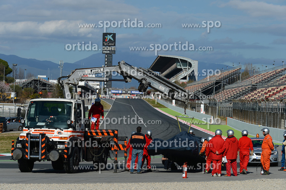 27.02.2015, Circuit de Catalunya, Barcelona, ESP, FIA, Formel 1, Testfahrten, Barcelona, Tag 2, im Bild The car of Daniil Kvyat (RUS) Red Bull Racing RB11 is recovered // during the Formula One Testdrives, day two at the Circuit de Catalunya in Barcelona, Spain on 2015/02/27. EXPA Pictures &copy; 2015, PhotoCredit: EXPA/ Sutton Images/ Patrik Lundin Images<br /> <br /> *****ATTENTION - for AUT, SLO, CRO, SRB, BIH, MAZ only*****