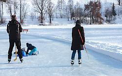 THEMENBILD - Eisläufer am zugefrorenen Ritzensee, aufgenommen am 01. März 2018, Ort, Österreich // Ice skaters on the frozen Ritzensee on 2018/03/01, Saalfelden, Austria. EXPA Pictures © 2018, PhotoCredit: EXPA/ Stefanie Oberhauser