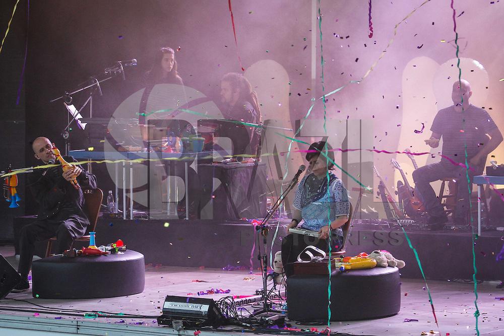 SÃO PAULO,SP,26 MAIO 2013 - SHOW PATO FU - show da banda Pato Fu reslizado na tarde de hoje (26) no Sesc Itaquera a banda apresentou as canções do elogiado álbum Música de Brinquedo, que explora a sonoridade de instrumentos de brinquedo e do universo musical infantil como flauta, xilofone, kalimba e escaleta, além de cavaquinho, glockenspiel de latão e kazoo de plástico. O espetáculo cênico musical conta com a participação do grupo de manipuladores de bonecos Giramundo.FOTO ALE VIANNA - BRAZIL PHOTO PRESS.