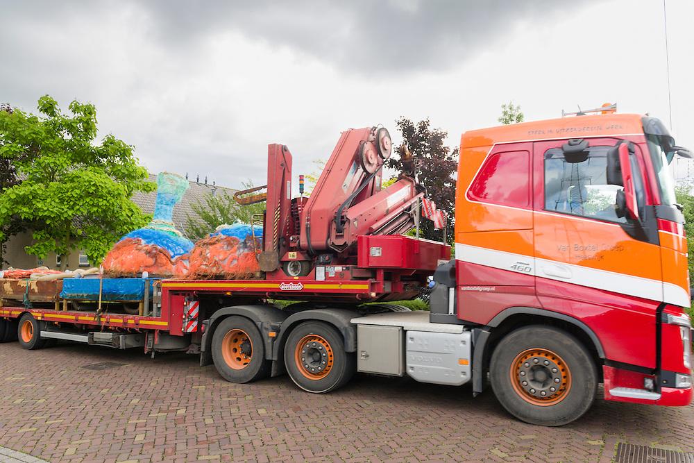 Nederland, Den Bosch, 20150623<br /> De objecten worden gebracht bij de Cello op de Eigenweg.<br /> de Ontvanger, de Drager en de Drijver vormen het project van Evalore Beukers en Arwen Beernink<br /> Bosch Parade 2015<br /> <br /> Netherlands, Den Bosch, 20150623<br /> Bosch Parade 2015